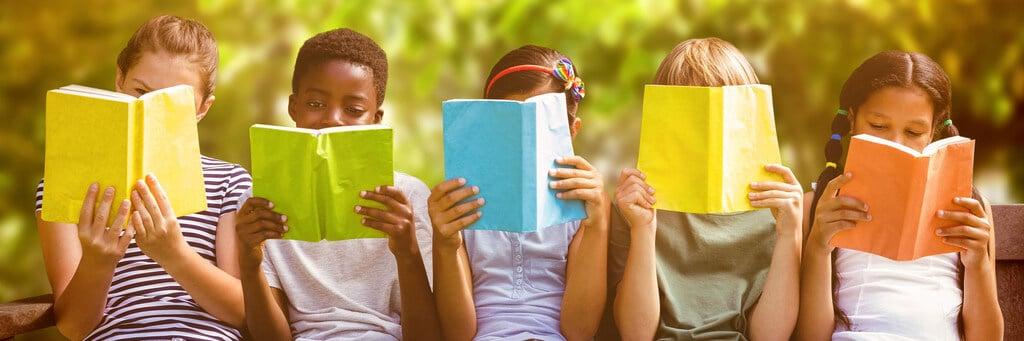 Vorlesewettbewerbe – Kinder beim gemeinsamen Lesen