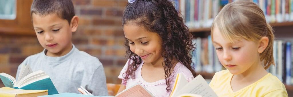 Kinder lesen in ihrer Schulbücherei