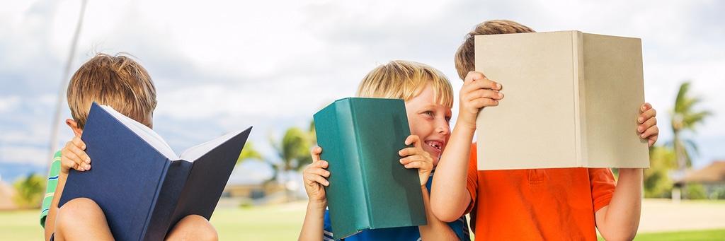 Kinder lesen gemeinsam